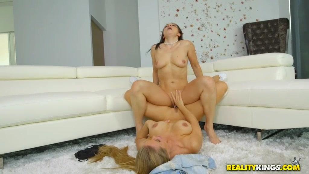 Jaime pressly naked ass spread