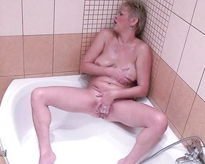 Mature bitch masturbates her pussy in the shower until she cums