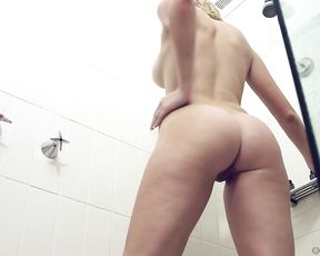 Nude amateur masturbates in the shower until reaching the orgasm