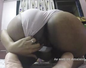 Amateur black hottie shows her impressive naked booty on the webcam