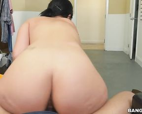 Slim maid places impressive naked booty on boss' bulge for hot ride