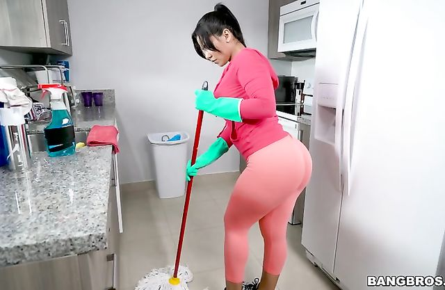 Maid's naked ass in tight leggings makes cleaning process more interesting