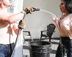 Luxurious girl seduces gardener to have naked quickie in fresh air