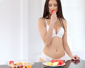 After breakfast eye-catching girl makes love to naked boyfriend