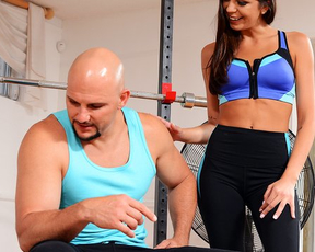 Naked sportsgirl likes tempting fitness trainer into doing it in gym