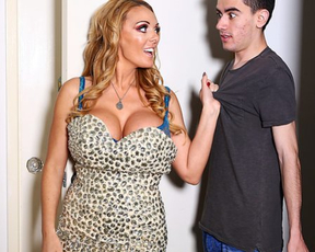Diva with naked breasts works excellent on stepson's dick for cool photo shoot