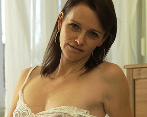 MILF climbs on the bed and enjoys every second of naked masturbation