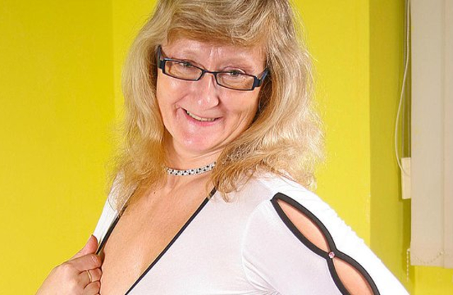 Nerdy old woman never turns down an opportunity to masturbate naked pussy