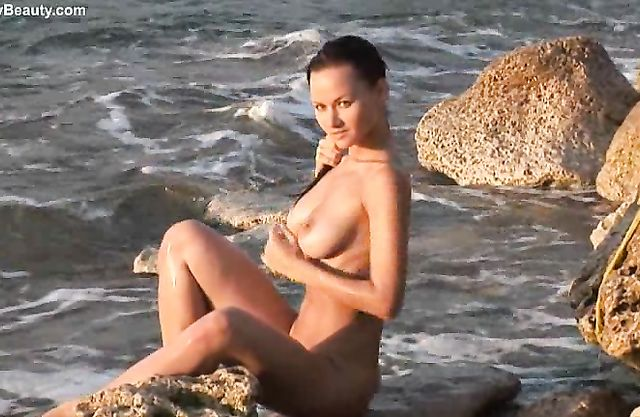 Steaming hot naked girl playing a solo in the sea exposing her wet body