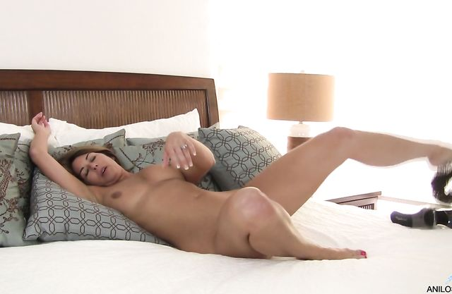 Naked mature bitch masturbating on the bed will make you cum quick