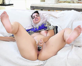 Naked Arab girl gives sizzling solo masturbation show on NAKEDGIRLS