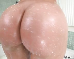 Nude blonde shakes her big booty in scenes of pure nudity in the shower